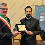 EGS2016_00562   Il sindaco Fabrizio Barbieri conferisce il premio al dottor Luca Ragazzoni
