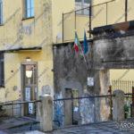EGS2016_33130   Ingresso scuola Nicotera e Battisti, antenna sopra l'ingresso