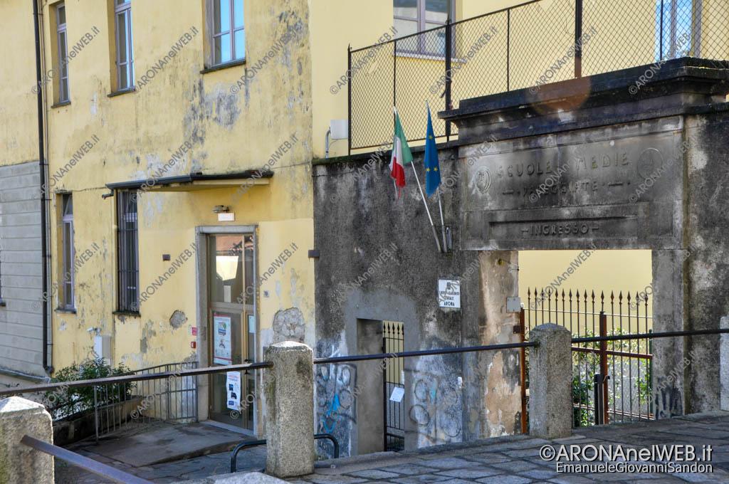 EGS2016_33130 | Ingresso scuola Nicotera e Battisti, antenna sopra l'ingresso
