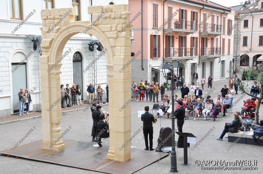 EGS2017_13786   Doctor Brass Quintet in piazza San Graziano ad Arona all'ombra dell'arco di Palmira