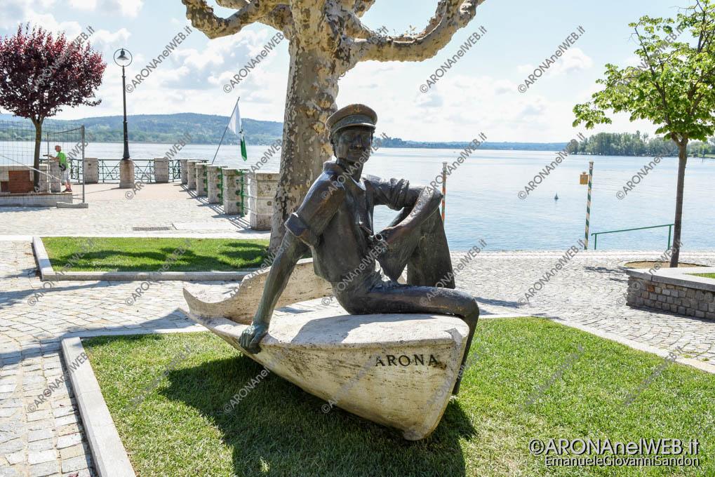 EGS2018_10723   Il monumento al Barcaiolo sul lungolago di Arona
