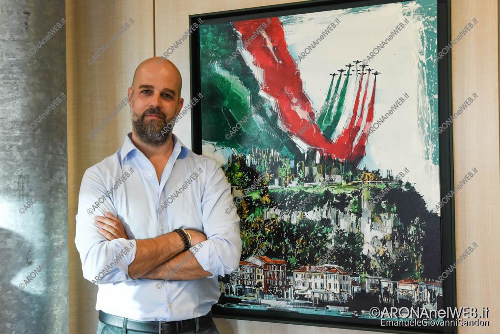 EGS2018_19272 | Il pittore Andrea Gnocchi con l'opera realizzata per il manifesto AronaIrshow2018
