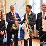 EGS2018_40454 | Il sig. Pekka Pinomaa dona al Sindaco di Arona la bandiera Finlandese