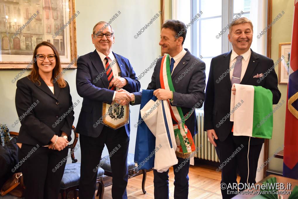 EGS2018_40454   Il sig. Pekka Pinomaa dona al Sindaco di Arona la bandiera Finlandese