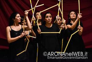 SpettacoloTeatrale_NeGonnaNePantaloni_AMED_WoodArona_20190217_EGS2019_04305_s
