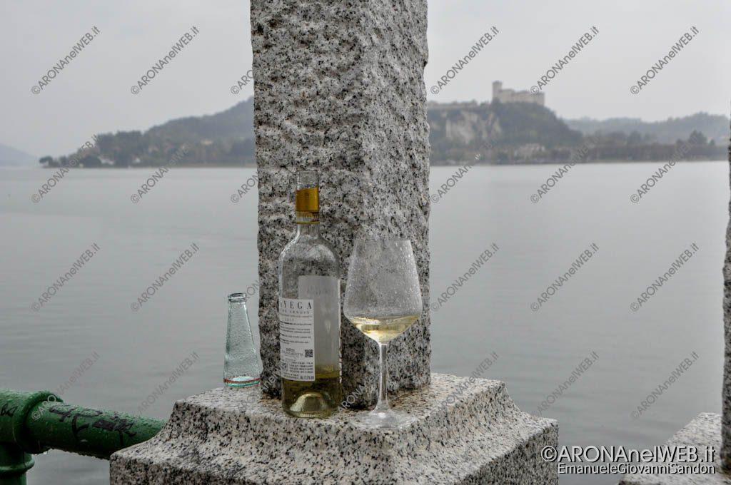 EGS2019_09391 | Bicchieri e alcolici sotto il glicine
