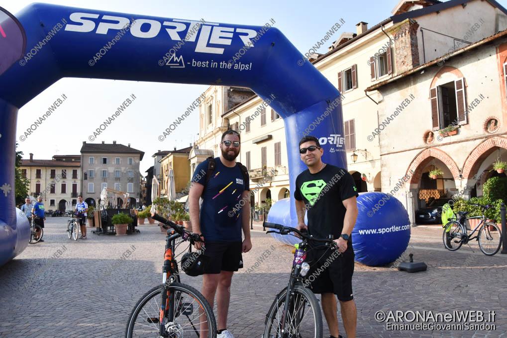 EGS2019_21656 | L'arrivo della Bike Night Milano – Lago Maggiore ad Arona in Piazza del Popolo