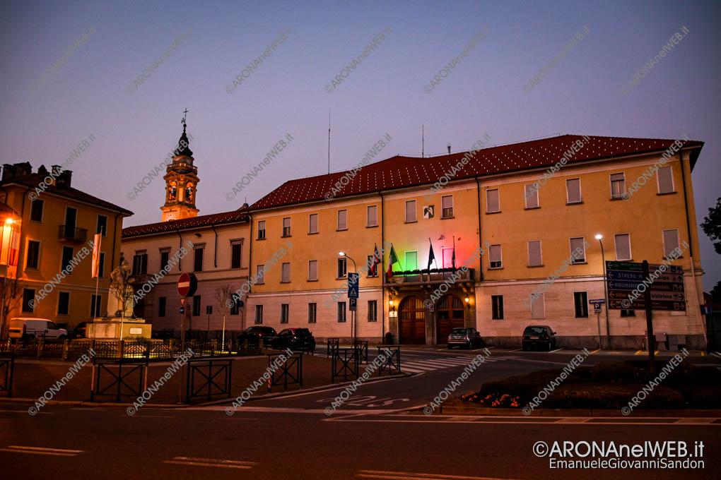 EGS2020_04535 | Comune di Arona illuminato con il tricolore