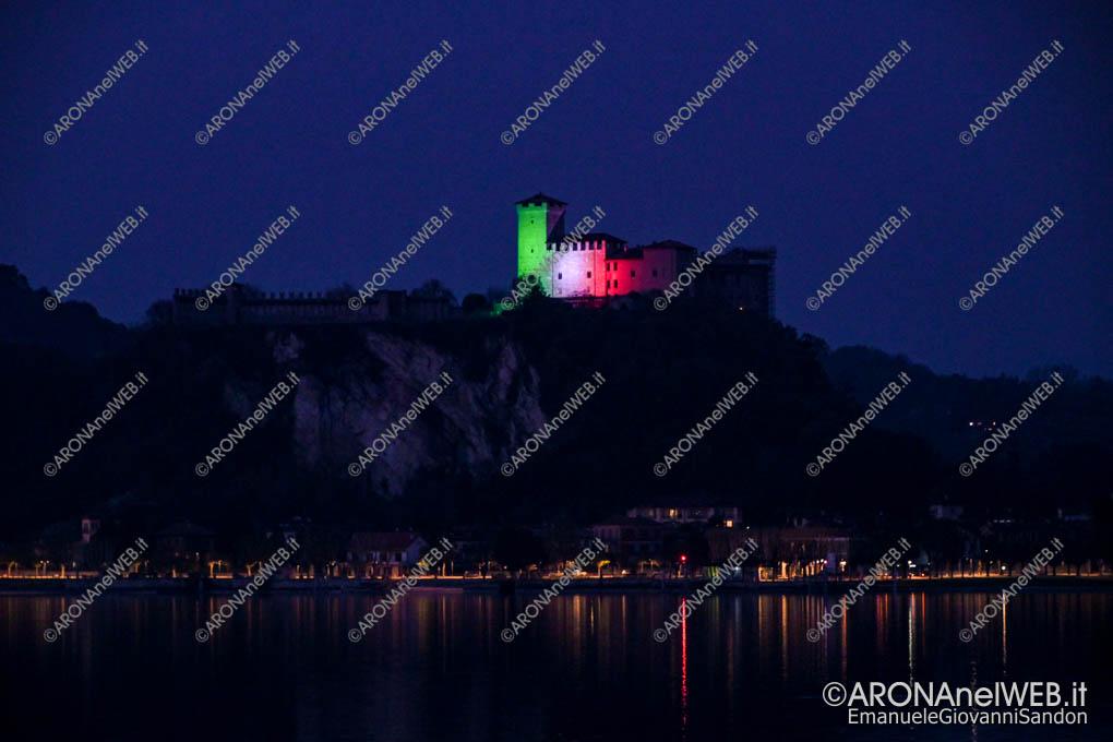 EGS2020_04567 | Il Castello di Angera si rispecchia nel lago illuminato con il tricolore