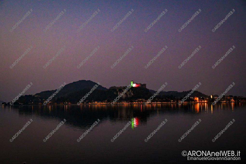 EGS2020_04570 | Il Castello di Angera si rispecchia nel lago illuminato con il tricolore