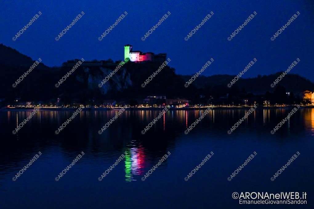 EGS2020_04575 | La rocca si rispecchia nel Lago Maggiore con i colori del Tricolore