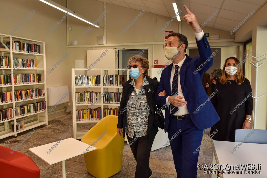 EGS2020_13159   Il sindaco di Arona con Dacia Marini alla rinnovata biblioteca civica di Arona