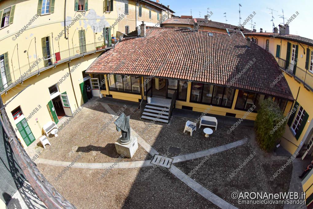 """EGS2020_13274   Vista sul cortile interno della Biblioteca Civica di Arona """"Sen. Avv. Carlo Torelli"""""""