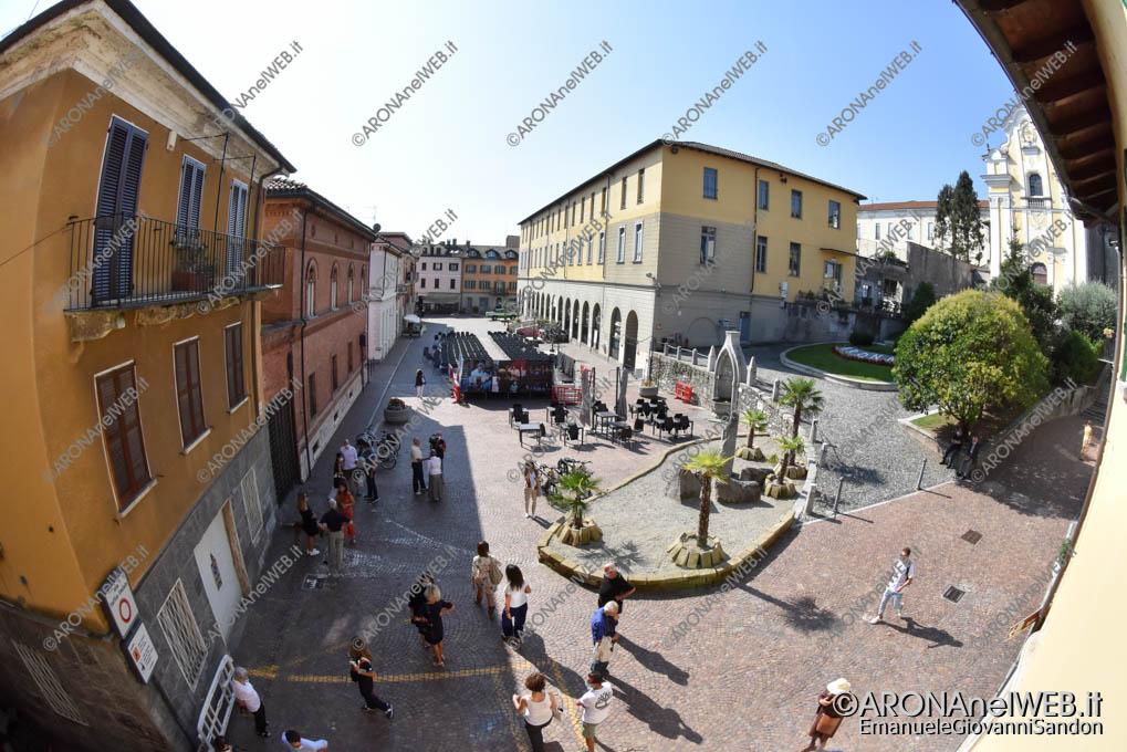 """EGS2020_13330   Vista della Piazza San Graziano dal primo piano della biblioteca - Biblioteca Civica di Arona """"Sen. Avv. Carlo Torelli"""""""