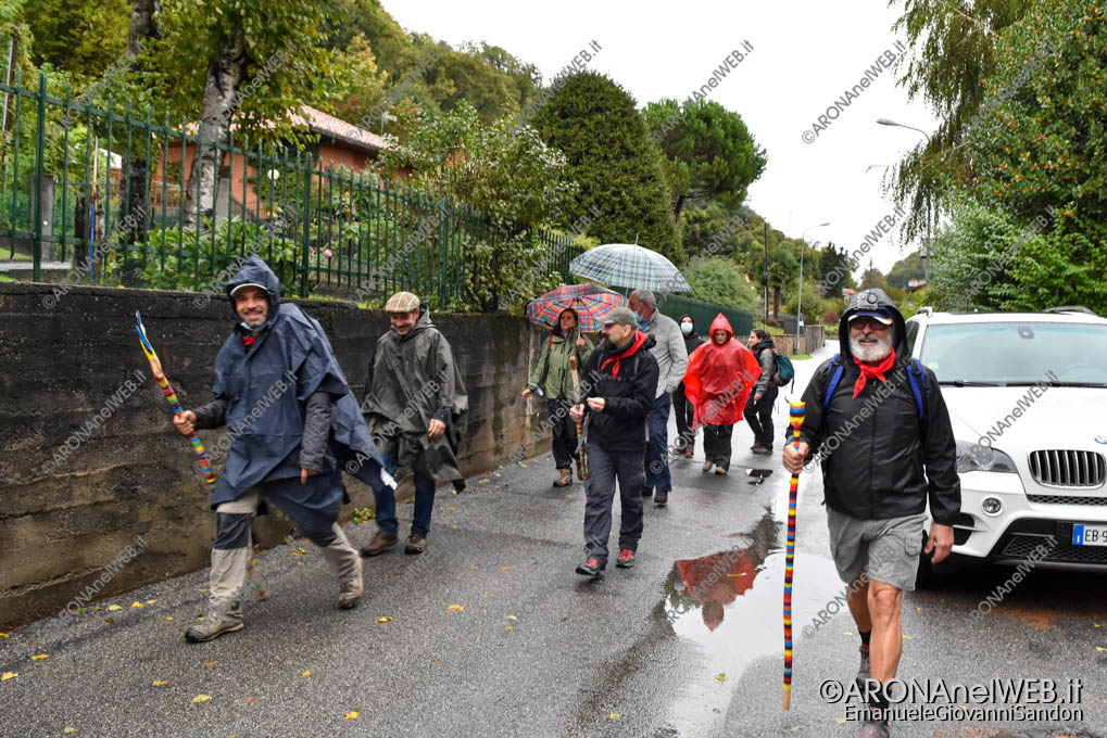EGS2020_16421   I viandanti in cammino per Mezzomerico