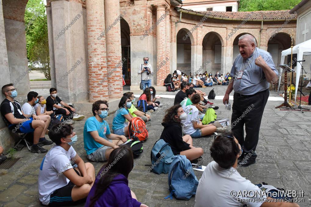 EGS2021_03879   Mons. Franco Giulio Brambilla fra i giovani della Route Grignasco - Boca