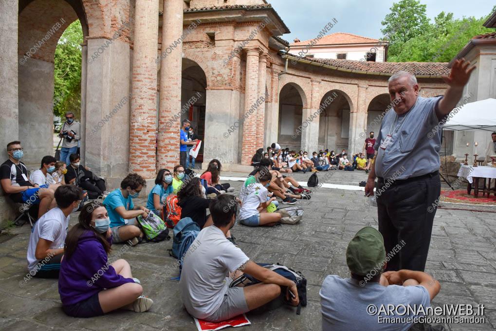 EGS2021_03881   Mons. Franco Giulio Brambilla fra i giovani della Route Grignasco - Boca