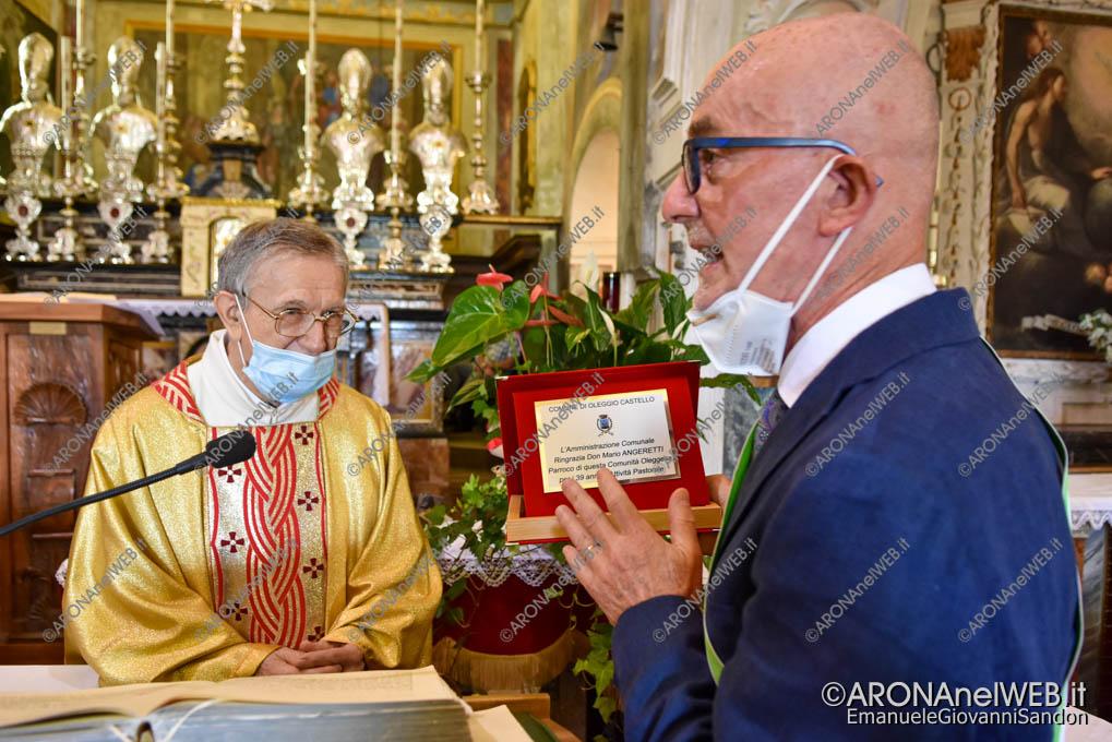 EGS2021_13708   Il sindaco di Oleggio Castello consegna una targa ricordo a don Mario Angeretti