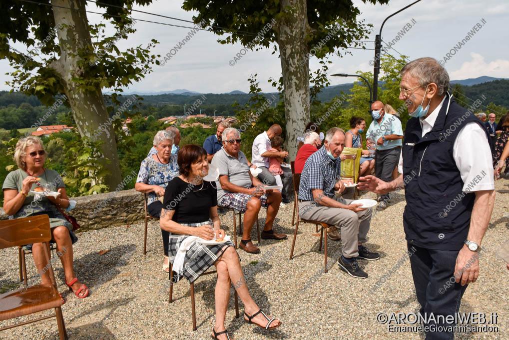 EGS2021_13753   Don Mario Angeretti saluta la comunità di Oleggio Castello