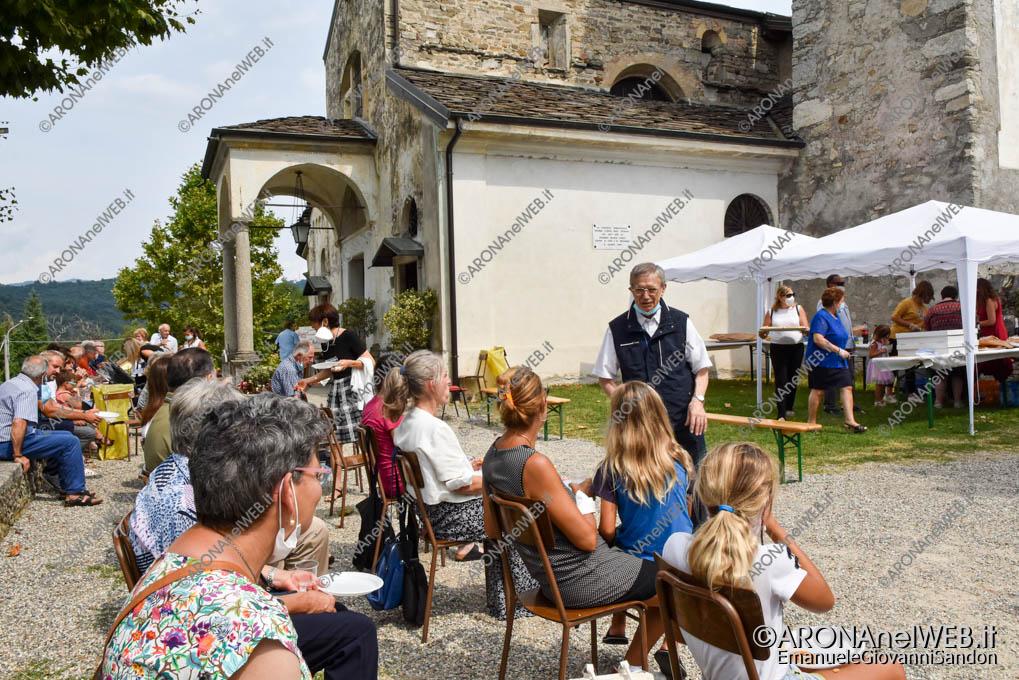 EGS2021_13764   Don Mario Angeretti saluta la comunità di Oleggio Castello