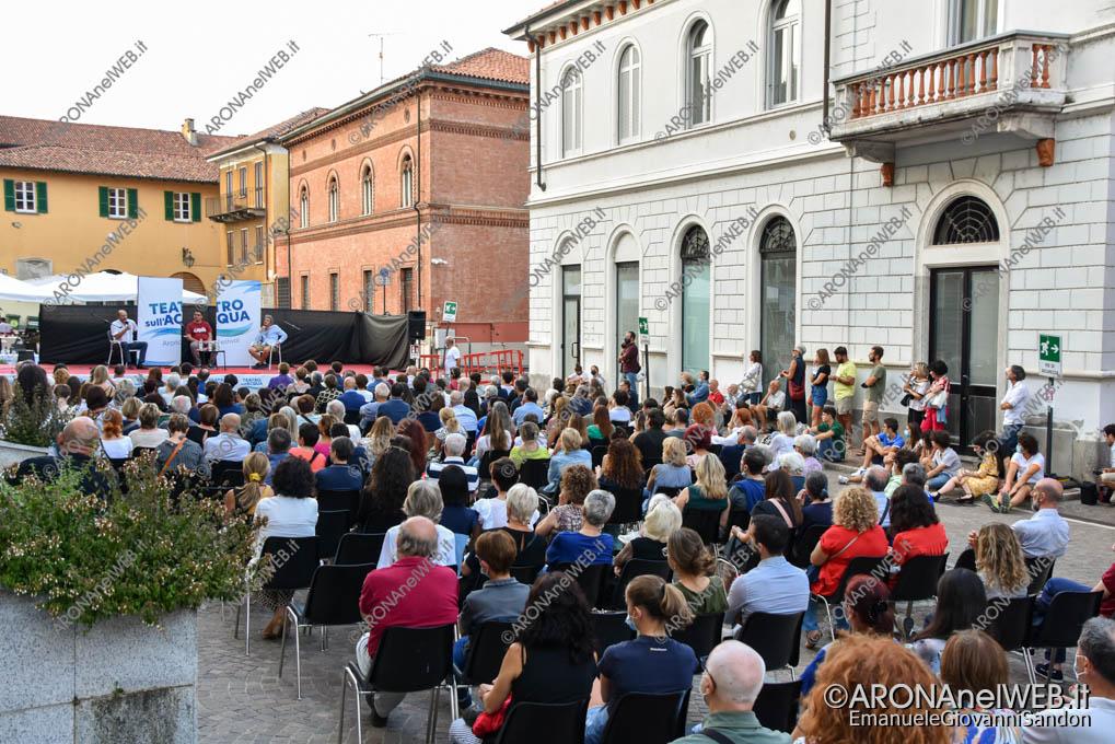 EGS2021_18735 | Piazza San Graziano ad Arona gremita per Pif e Marco Lillo al Teatro sull'Acqua 2021