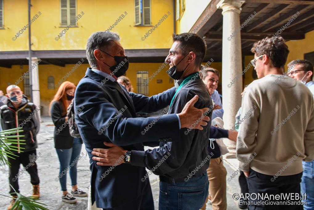 EGS2021_19953   Federico Monti, sindaco di Arona saluta don Gianluca De Marco